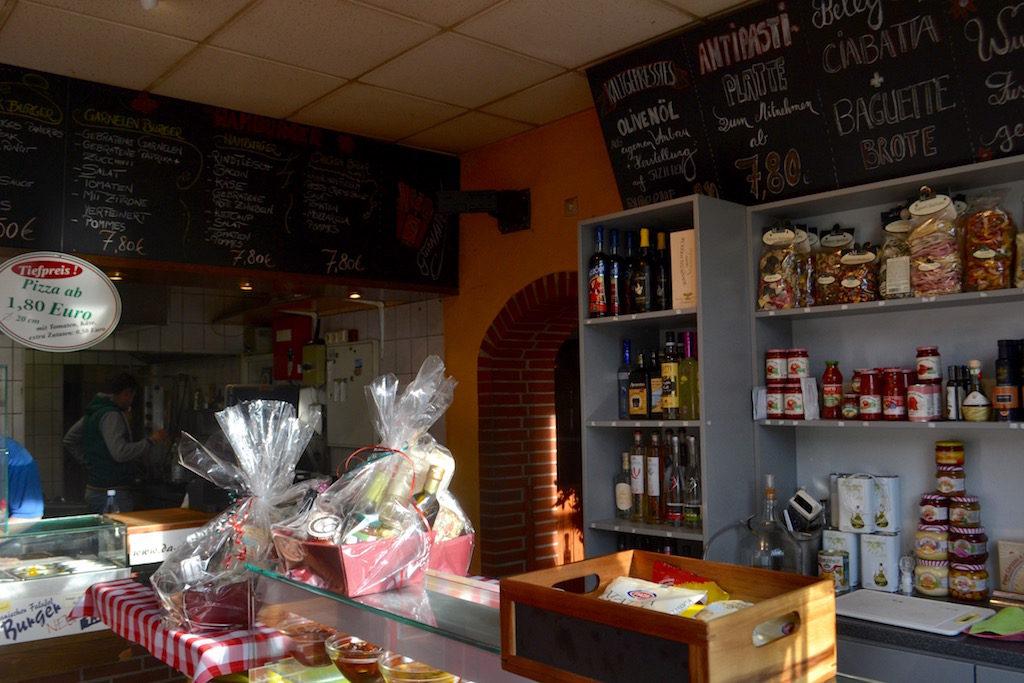 Italienische Spirituosen Geschenkpakete und Wurstwaren in der Pizzeria